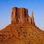 Bild vom Monument Valley Mesa bei Mondaufgang.